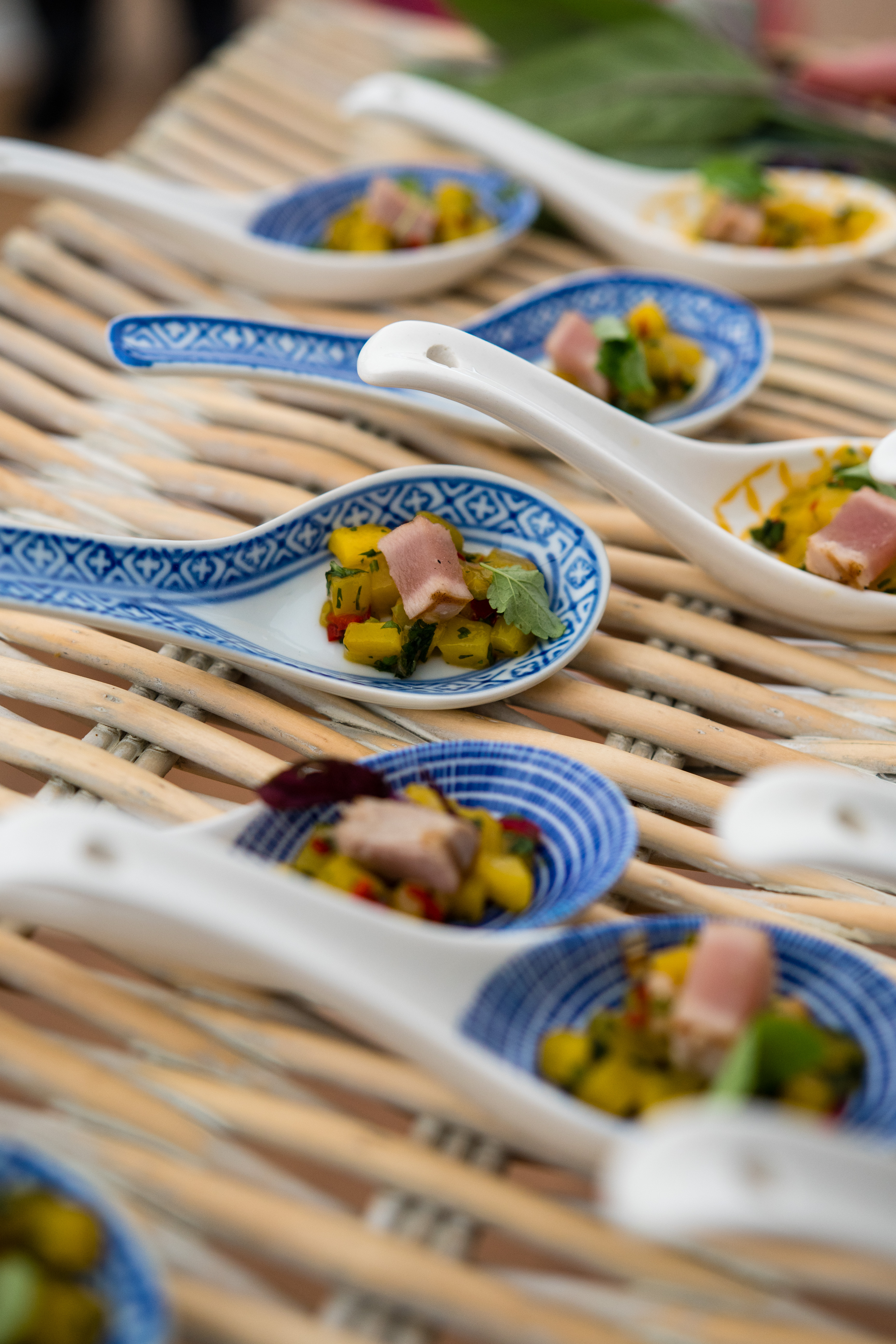 Seared fresh tuna & mango salsa spoons